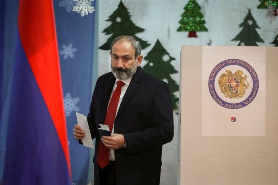 И.о премьер-министра Армении Никол Пашинян на избирательном участке