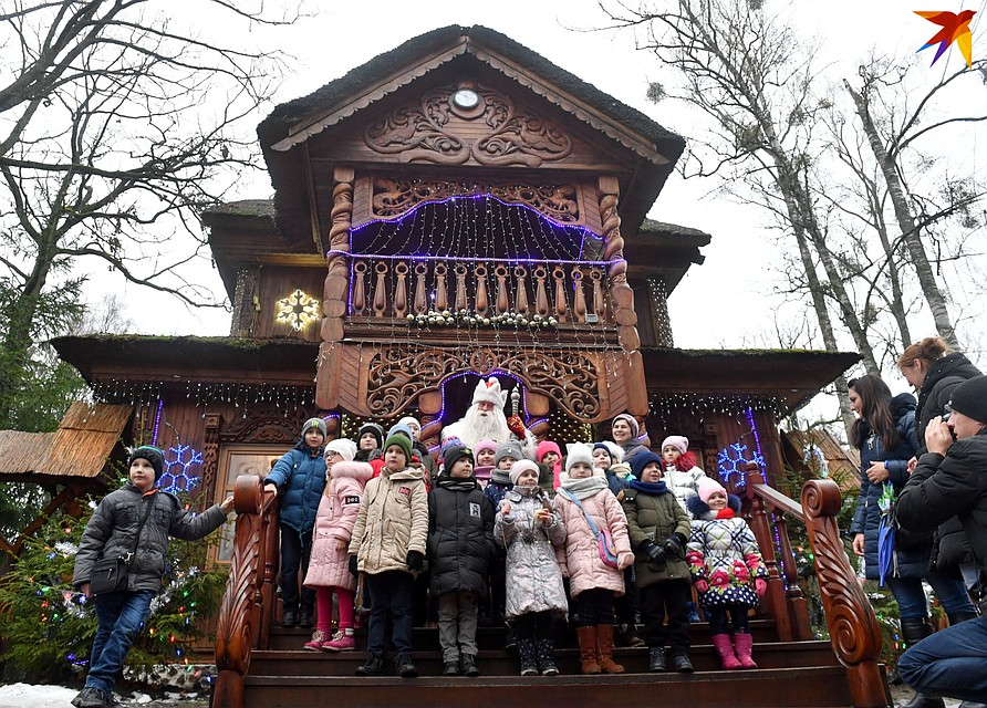 Белорусский Дед Мороз отметил 15-летие своей резиденции под дождем.