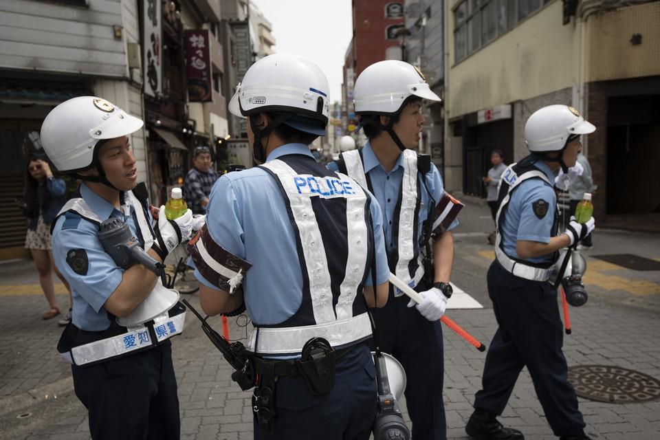 В Японии автобус с детьми врезался в ограду жилого дома