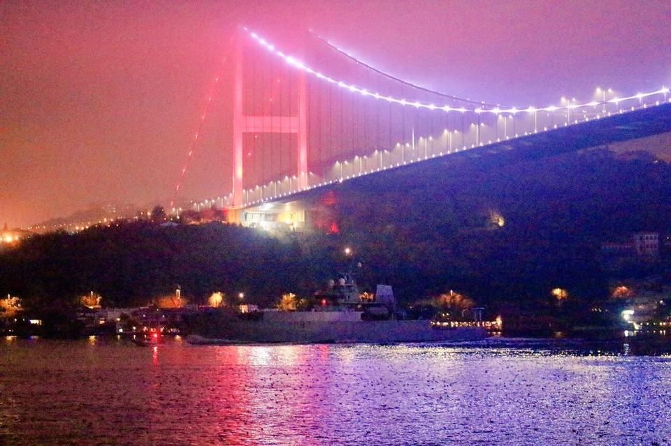 Британский корабль проходит через Босфор Фото: twitter Yörük Işık