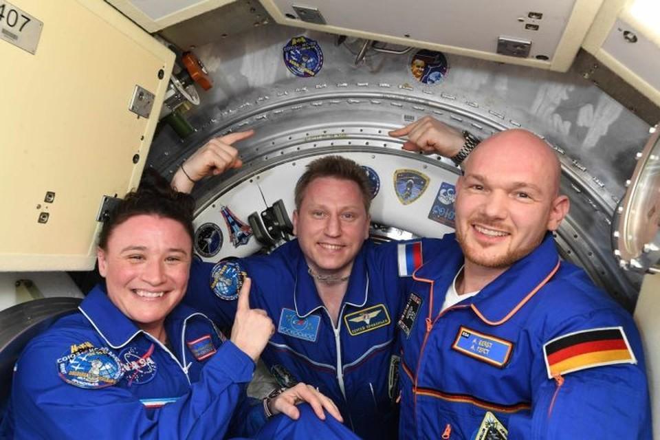 Перед тем как покинуть Международную космическую станцию, Сергей Прокопьев (в центре) сфотографировался на память со своими коллегами, с которыми ему предстояло вернуться на Землю. Фото: instagram.com/prokopyev_iss/