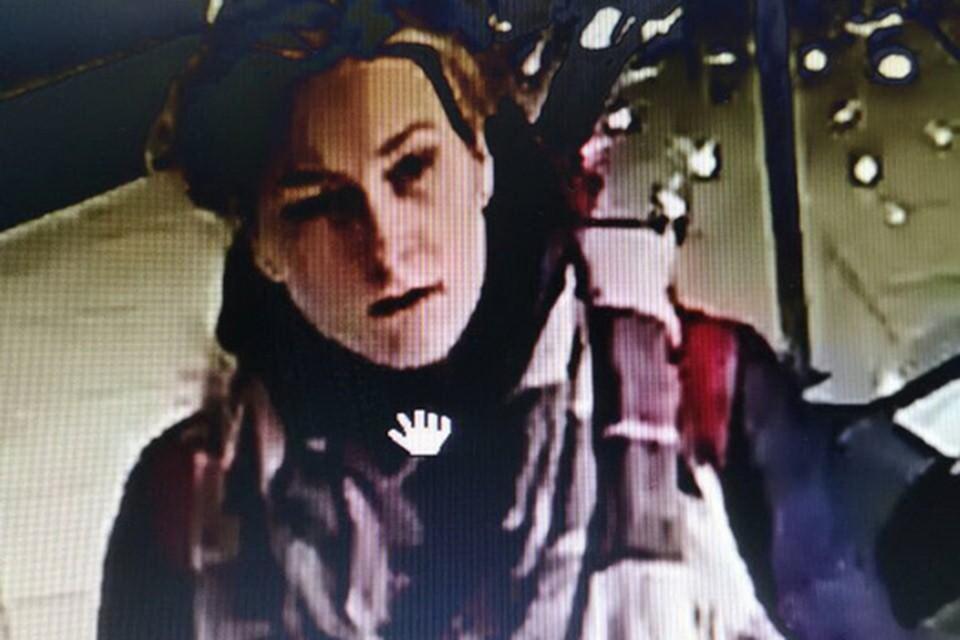 Эту девушку ищет милиция, ее подозревают в краже детской игрушки. Фото: кадр с записи видеонаблюдения.