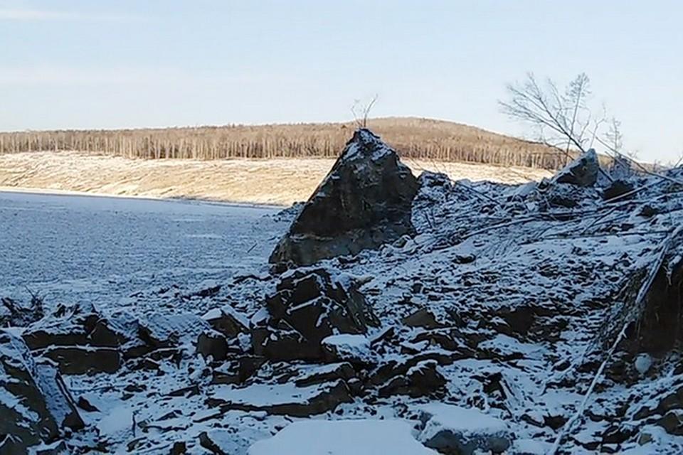 Места здесь глухие — граница Хабаровского края и Амурской области. В это время года населенные пункты связывают только зимники