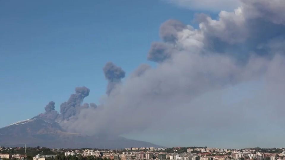 Вулкан Этна выбросил столб пепла в канун Рождества