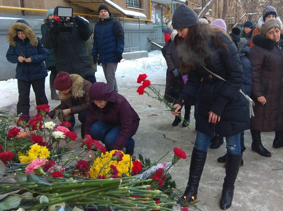 Люди приносят к месту трагедии живые цветы. Фото: пресс-служба администрации Магнитогорска.