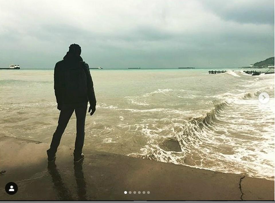 Кирилл Салов на том самом пирсе за секунду до того, как мальчик оказался в море/Фото: Инстаграм Александры Лезиной.