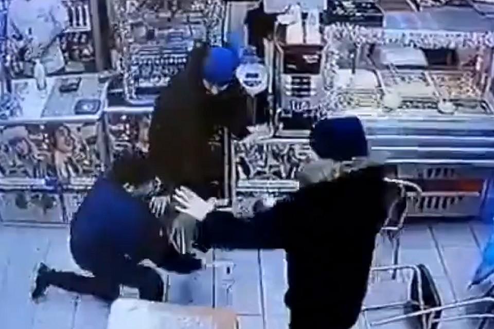 2786ad9b1900 В Петербурге посетитель кафе избил четверых подростков, назвавших его геем.  Фото: Скрин с