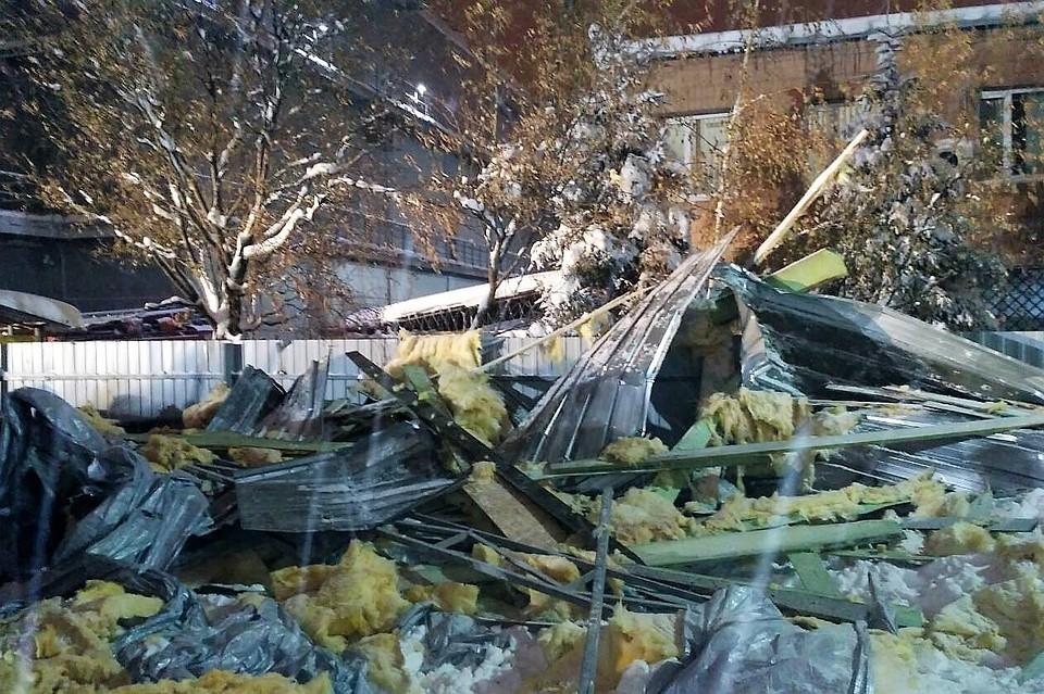 Снег обрушил на людей крышу торгового павильона в Харькове