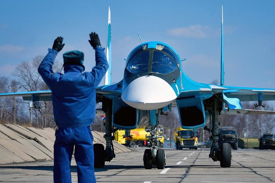 Приморский край. Многофункциональный истребитель-бомбардировщик Су-34 перед взлетом. Фото Юрий Смитюк/ТАСС