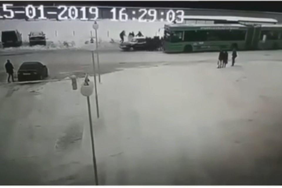 Автомобиль развернуло, и он задним ходом врезался в людей, приготовившихся садиться в автобус. Фото: кадр из видео.