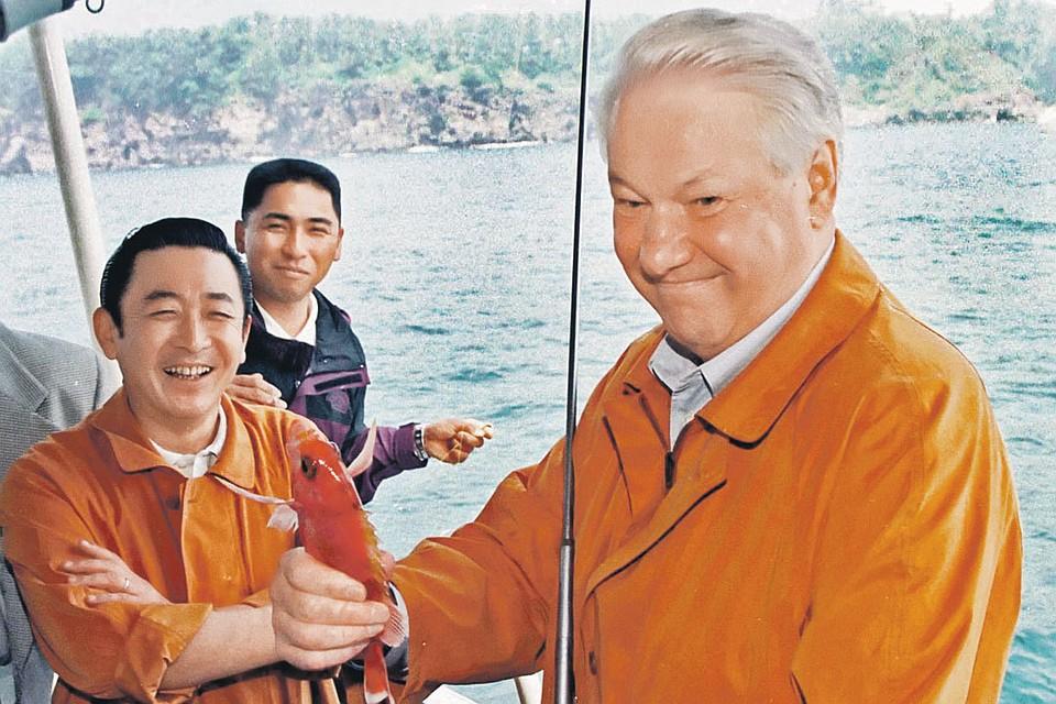 Борис Ельцин и рыбку поймал, и острова японцам не сдал во многом благодаря «спецоперации» нашего журналиста. Фото: Александр СЕНЦОВ, Александр ЧУМИЧЕВ/ТАСС