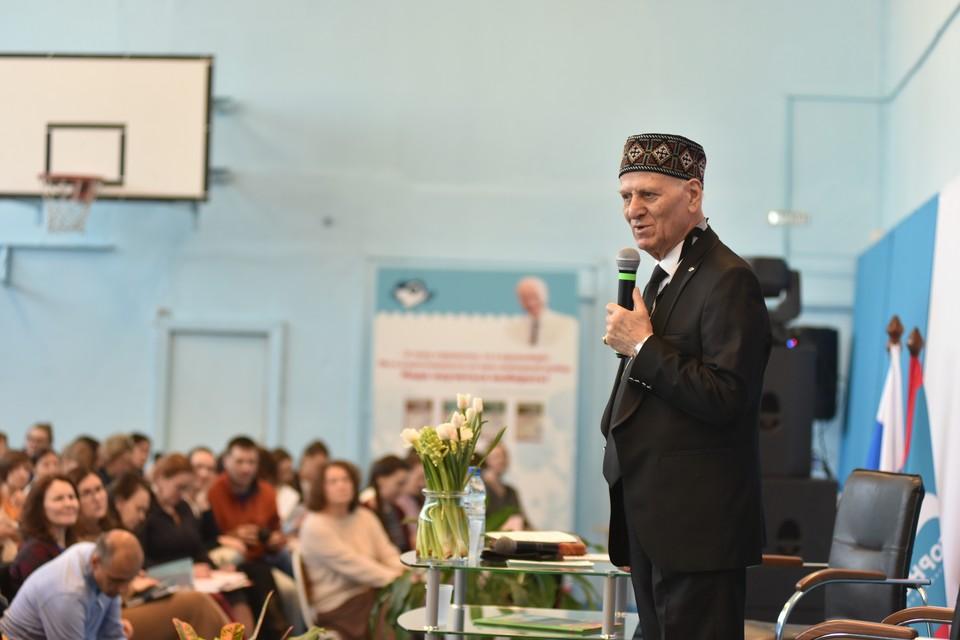Шалва Амонашвили в Новосибирске собрал полный зал родителей и педагогов.