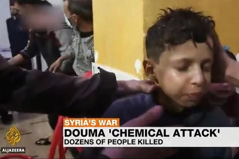 Кадр из видео о якобы имевшей место химической атаке в сирийской Думе, которые активно крутили по западным каналам.