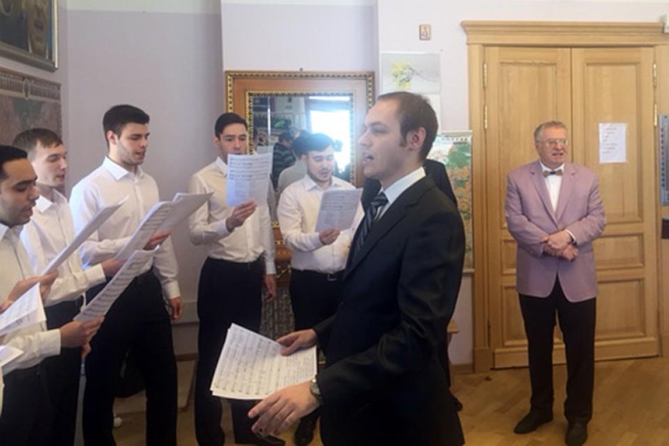 В кабинете Владимира Жириновского мужской хор исполнял песни о любви