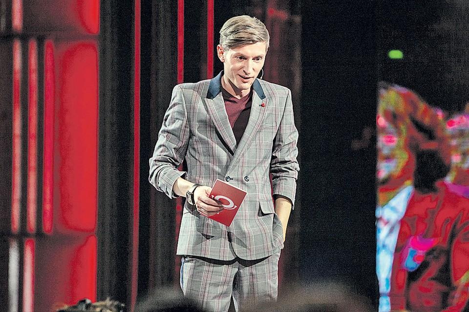А ведущий шоу Павел Воля пошил к сезону модный костюм. Фото: Канал ТНТ