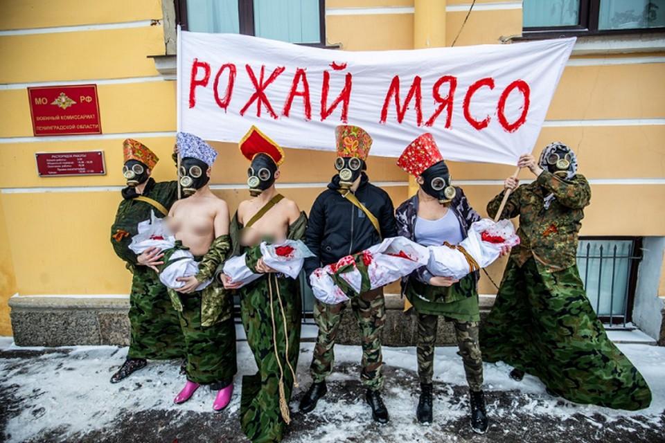 В Петербурге феминистки провели акцию перед областным военкоматом. Фото: Давид Френкель/ twitter.com/merr1k