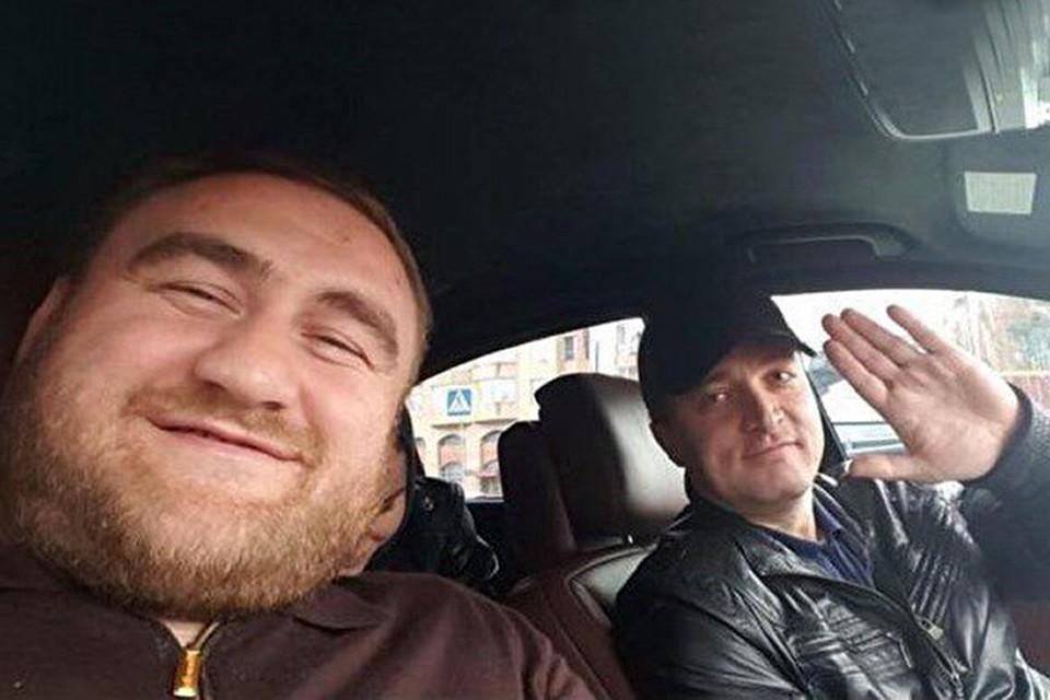 Подозреваемый в убийствах Рауф Арашуков с начальником оперативно-розыскной части МВД КЧР Тимуром Бетугановым. Этот полицейский должен был раскрывать преступления сенатора, а не кататься с ним в машине.