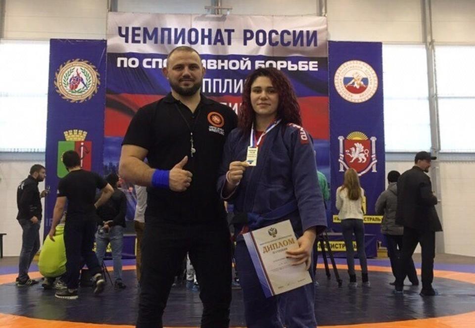 Яна Кузнецова с тренером Романом Гавриковым. Фото: КСЕ «Арта».