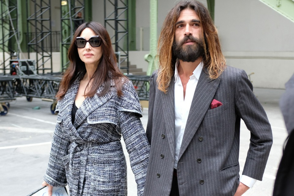 Вместе с молодым бойфрендом Моника посетила дефиле модного дома Chanel на Парижской Неделе моды.