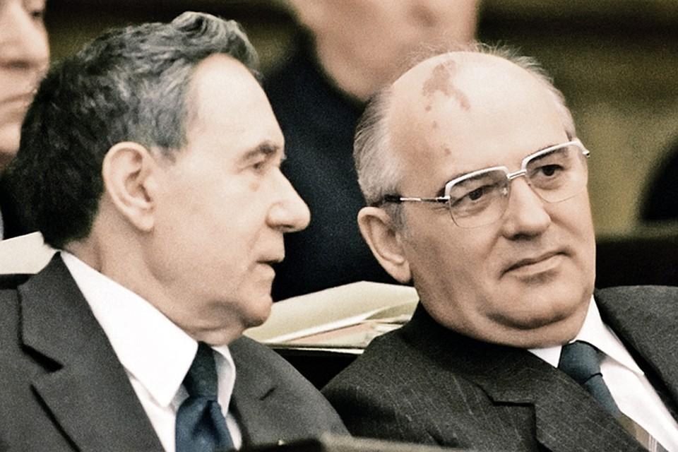 Министр иностранных дел Андрей Громыко должен был лететь с Горбачевым в ГДР. Но накануне ему стало плохо и он потерял сознание...