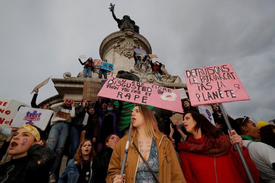 Во главе колонны идут женщины с плакатами