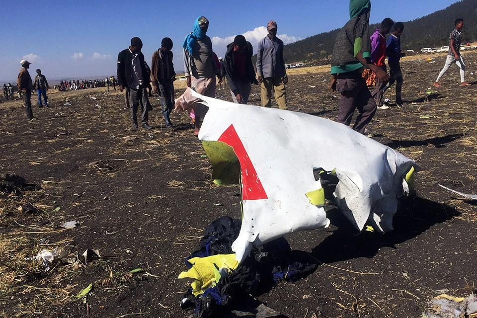 На месте крушения самолета Boeing 737 Max 800 в Эфиопии.