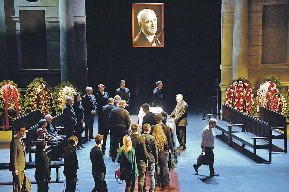 Сотни поклонников несли цветы Владимиру Этушу - любимому актеру и прекрасному человеку.