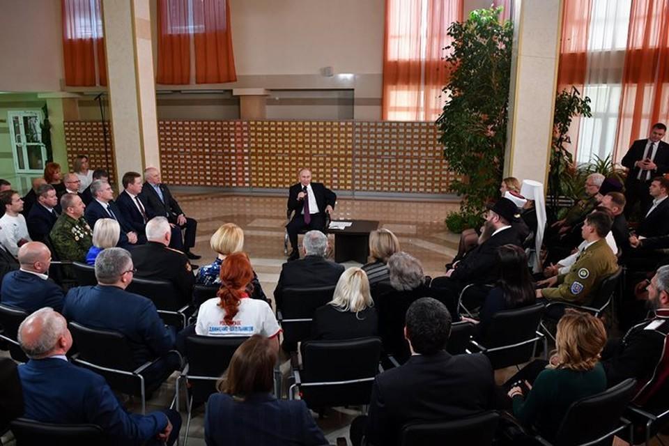 Президент РФ Владимир Путин на встрече с представителями общественности Крыма и Севастополя