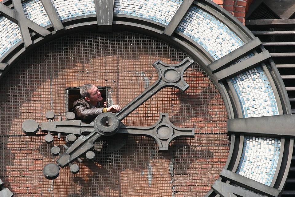 В Госдуме вновь собираются вернуть в Россию практику перевода часов на летнее время.
