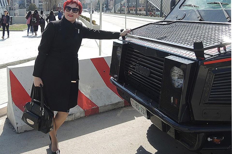 Дарья Асламова на границе, разделяющей албанцев и сербов в Косовской Митровице