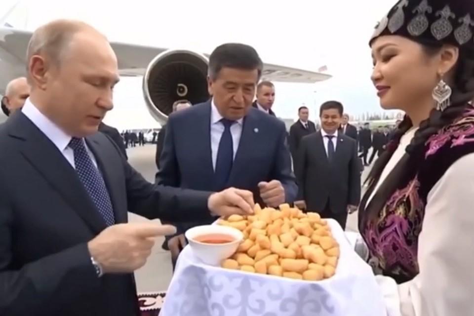 Президента РФ Владимира Путина торжественно встретили в аэропорту Бишкека