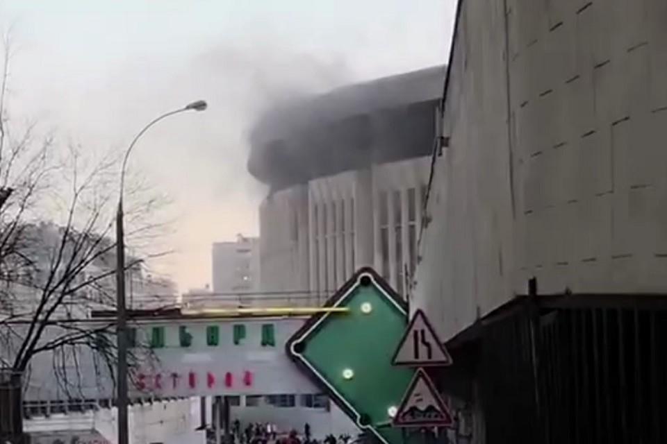 Пожар вспыхнул в спорткомплексе «Олимпийский» в Москве