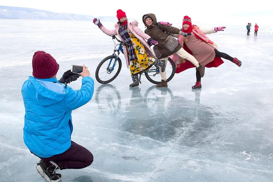 """Журналистка """"КП"""" Дина Карпицкая среди китайских туристов на льду Байкала."""
