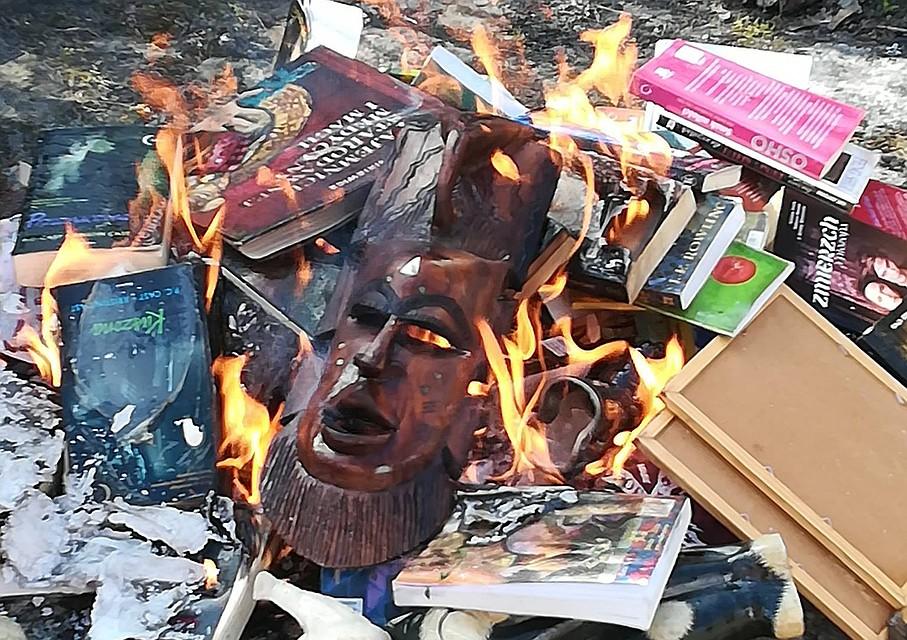 Тот самый костер, в котором священники сожгли книги. Фото: facebook.com/smsznieba