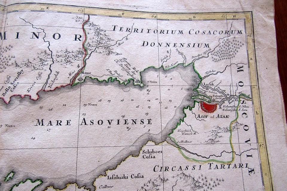 Атлас «Карта мира или описание Земного шара» бережно хранится в фондохранилище музея Донецка. Фото: пресс-служба ДРКМ