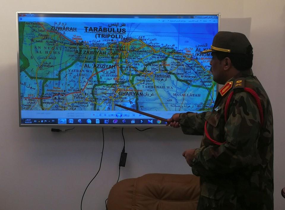 Пресс-секретарь Ливийской национальной армии полковник Ахмед аль-Мисмари указывает на карту Ливии