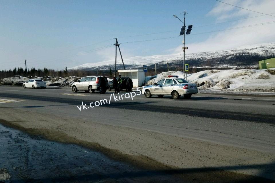 Две машины столкнулись прямо у места съемок на трассе Кировск-Апатиты. Фото: vk.com/kirap51