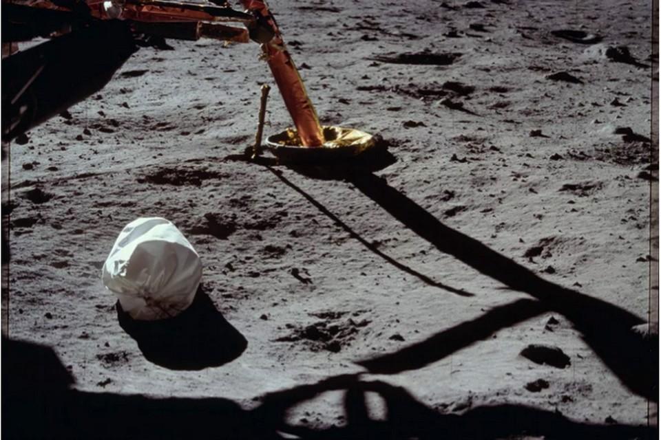 """Мешок с отходами жизнедеятельности, лежащий у """"ног"""" посадочной платформы Аполлона-11."""