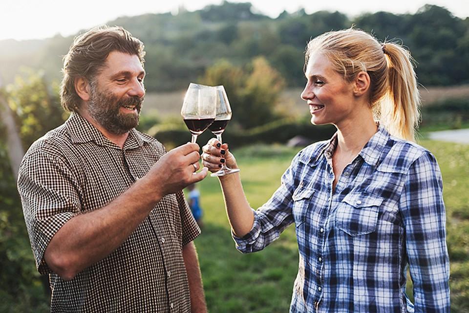 Eсли муж не отказывает себе в удовольствии опрокинуть рюмку-другую, то для гармонии в семье ему необходима выпивающая жена