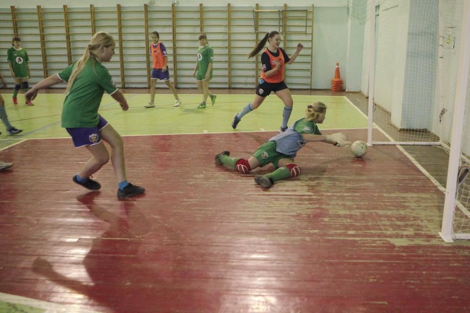В мини-футбол можно играть круглый год.