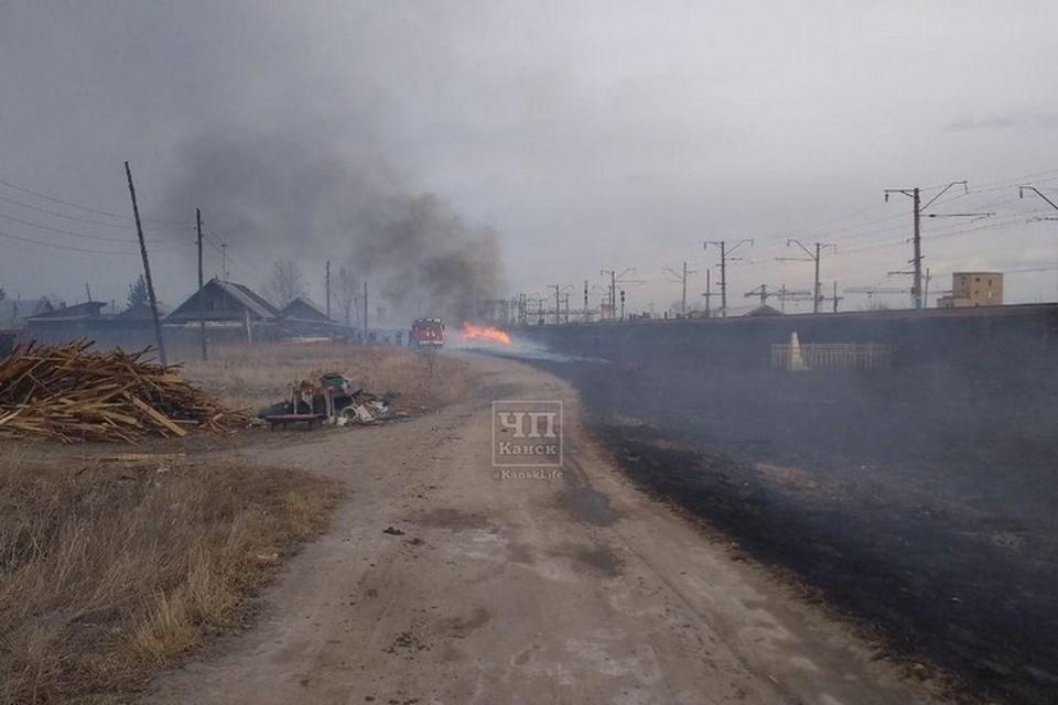 """Проклят пожарами: Канск снова в окружении огня. Фото: """"ЧП-Канск"""""""