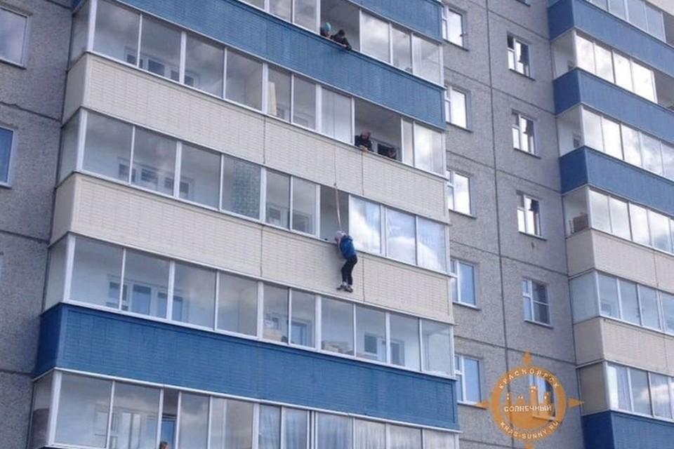 В Красноярске в Солнечном женщина вышла на улицу через балкон. Фото: «Наш мкр.Солнечный»