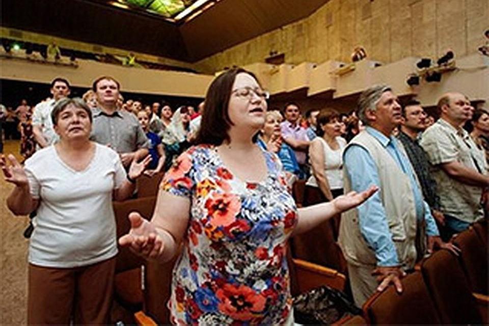 Залы дворцов культуры - излюбленные места собраний иеговистов, но в последние годы сектантов разгоняют силовики, так как их организацию признали экстремистской. Фото: www.ansobor.ru