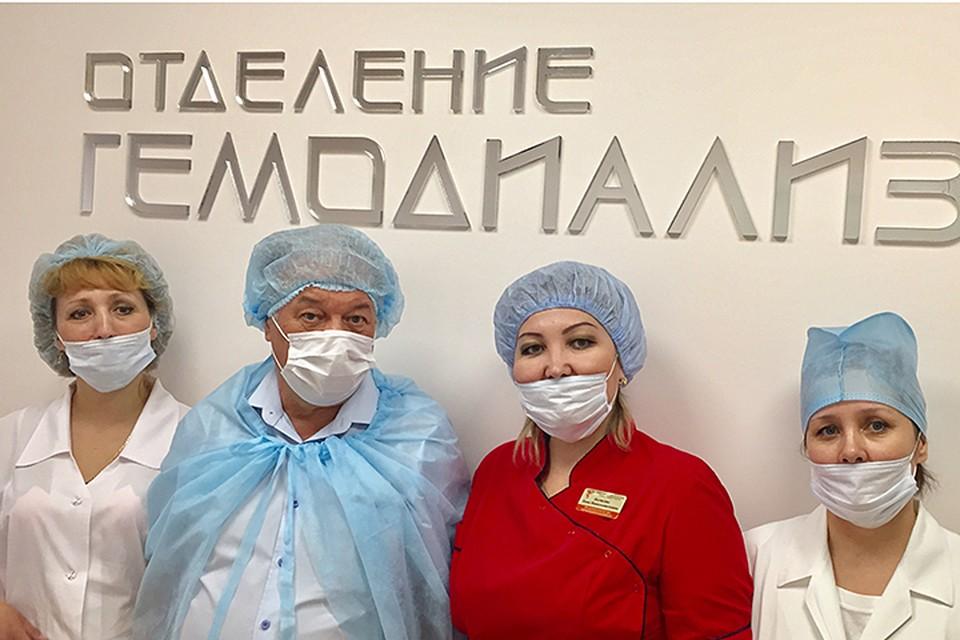 Наш корреспондент Александр Гамов (на фото второй слева) с медперсоналом Медногорского диализного центра