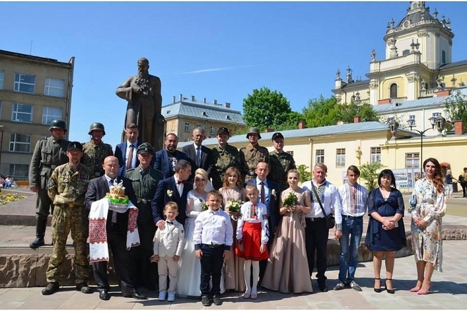 Во Львове гости заявились на свадьбу в нацистской и даже эсэсовской форме Фото: Эдуард Долинский в своем Facebook