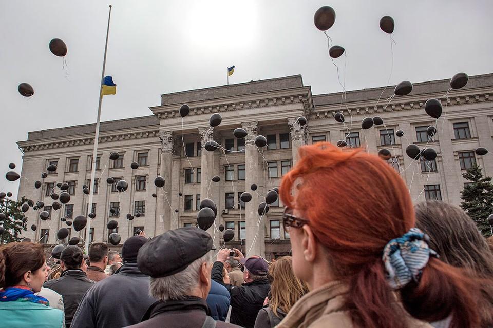 Каждый год 2 мая одесситы приходят к Дому профсоюзов помянуть погибших на пожаре в 2014 году.