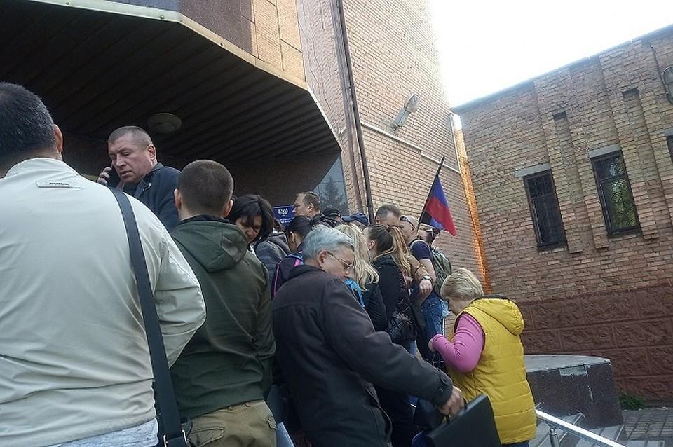 За час собирается человек 50, а к открытию Миграционной очередь разрослась до сотни