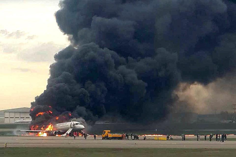 Самолет вспыхнул после приземления в аэропорту Шереметьево.