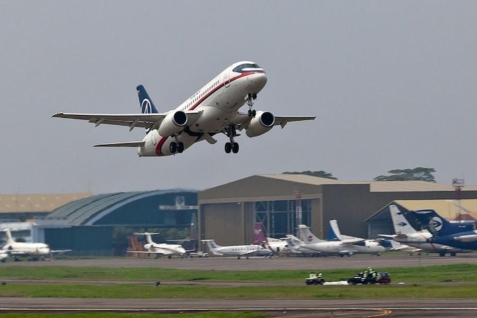 «Superjet 100» взлетает 9 мая из аэропорта Джакарты. Через 20 минут он врежется в гору.