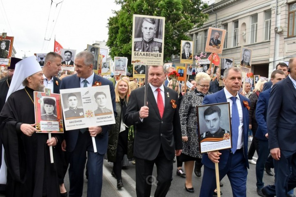 Первые лица Крыма тоже поддержали традицию